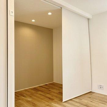 洋室部分はロールカーテンで仕切ることができますよ。