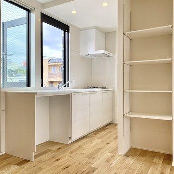 キッチンは2枚の窓が開放的なゆったり空間。