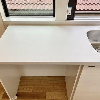 左側のカウンターは作業スペースにもカフェテーブルにも。