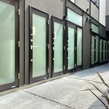 玄関前共用部。多くのガラスドアが壮観です。
