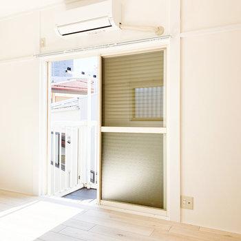 【洋室】窓にはシャッターがついています