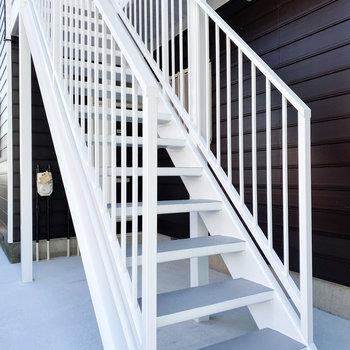 こちらの階段で2階へ上がります