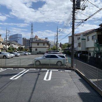 正面は駐車場です。