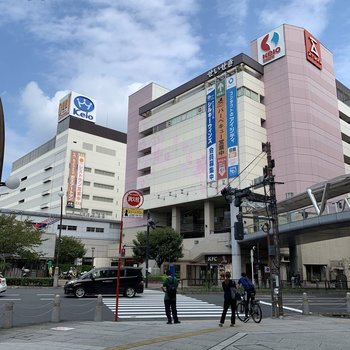 駅前には大型スーパーがあります。