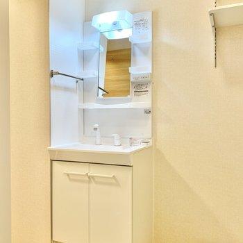 洗面台の蛇口がシャワーヘッドになってますよ。