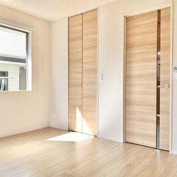 扉の柄はナチュラルな木目調です。