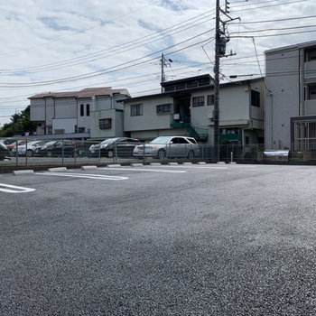 駐車場もあります。広いので車を停めやすそうですね。