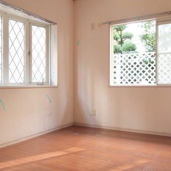こちらはキッチン後ろ。6.1帖の洋室です(※写真は1階の反転間取り別部屋、清掃前のものです)