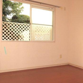 こちらは5.1帖の洋室です(※写真は1階の反転間取り別部屋、清掃前のものです)