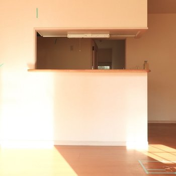 カウンター前も日当たりしっかり♩(※写真は1階の反転間取り別部屋、清掃前のものです)