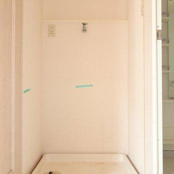 洗濯機も脱衣所に♩(※写真は1階の反転間取り別部屋、清掃前のものです)
