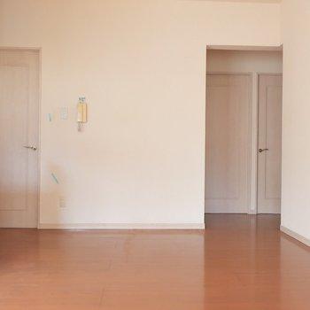奥には洋室が仲良く並んでいます(※写真は1階の反転間取り別部屋、清掃前のものです)