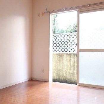 こちらは真ん中、5.2帖の洋室です(※写真は1階の反転間取り別部屋、清掃前のものです)