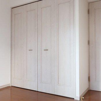 扉もフレンチスタイルでかわゆい❤︎(※写真は1階の反転間取り別部屋、清掃前のものです)