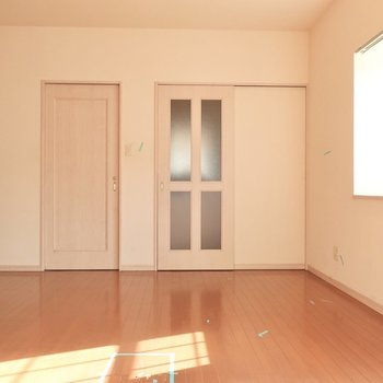 出窓にはやっぱりお花かな〜(※写真は1階の反転間取り別部屋、清掃前のものです)