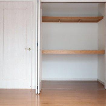 クローゼットには中板がついていてしっかり容量◎(※写真は1階の反転間取り別部屋、清掃前のものです)