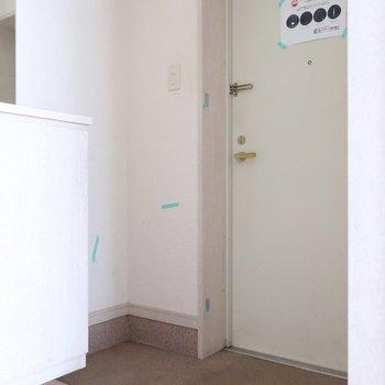 玄関は横長さん(※写真は1階の反転間取り別部屋、清掃前のものです)