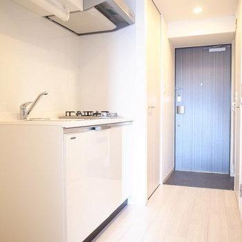 キッチンの左手に冷蔵庫を置けます。※写真は10階同間取り・別部屋のものです