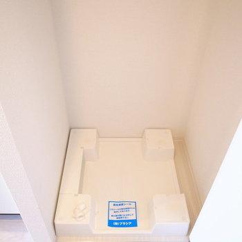 玄関のすぐそばに洗濯機置き場!目隠しつきです。※写真は10階同間取り・別部屋のものです
