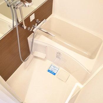 お風呂はちょっと狭いですが、入浴には問題ありません。※写真は10階同間取り・別部屋のものです