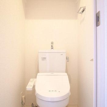 トイレは上にペーパー用の棚がありました。※写真は10階同間取り・別部屋のものです