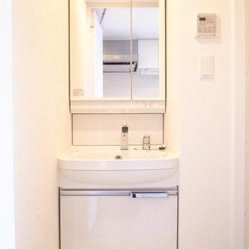 洗面台がピタッと収まっています。※写真は10階同間取り・別部屋のものです