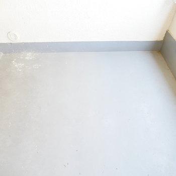 バルコニーはコンパクト(※写真は7階の同間取り別部屋のものです)