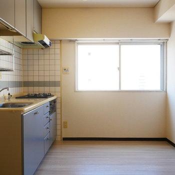キッチン横にも窓があって明るい!(※写真は7階の同間取り別部屋のものです)