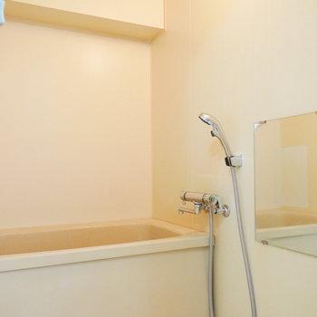シンプルなホワイトの浴室(※写真は7階の同間取り別部屋のものです)