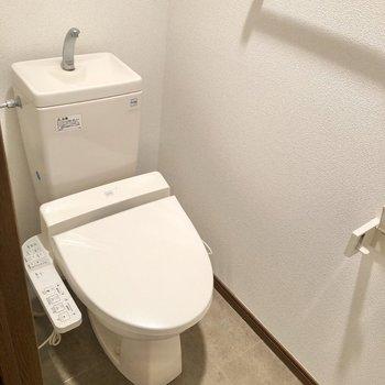 温水洗浄便座付きのトイレにご挨拶。※写真は1階の同間取り別部屋のものです