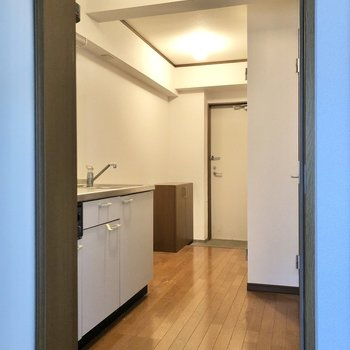 廊下はかくっと曲がったつくりに。※写真は1階の同間取り別部屋のものです