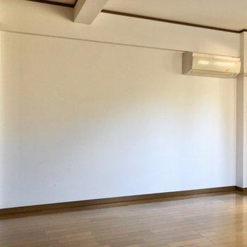 ベッドはエアコンの下かなあ。※写真は1階の同間取り別部屋のものです