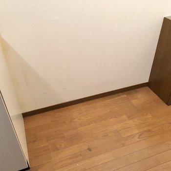 冷蔵庫はもちろん、電子レンジなどを置くラックも並べて置けます。※写真は1階の同間取り別部屋のものです