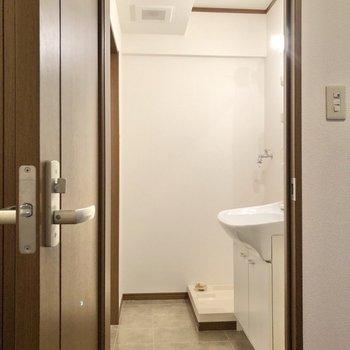 お次はサニタリールームへ。※写真は1階の同間取り別部屋のものです