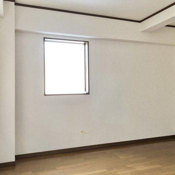 腰窓になっていて、インテリアも置きやすいですね。※写真は1階の同間取り別部屋のものです