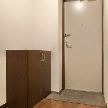 玄関までやってきました。※写真は1階の同間取り別部屋のものです