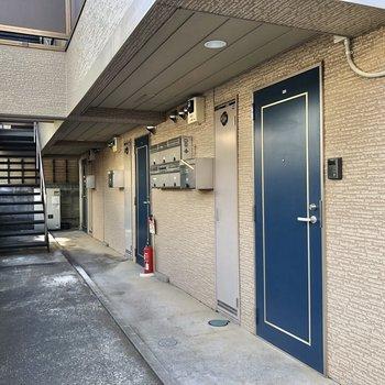 共用部にはブルーのドアが並びます。