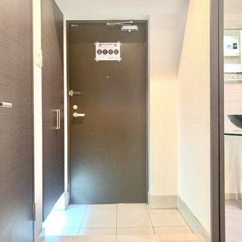 ゆったり玄関です。傘立てとかも置いておけそう。(※写真は2階の反転間取り別部屋のものです)