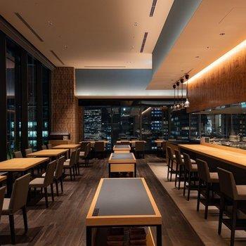 【共用部】レストランです。高級感があるので、料理がより美味しく感じられそうですね。現在は時短営業中です。