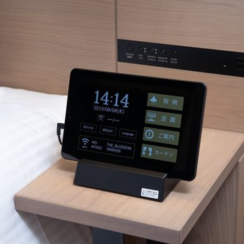 タブレットは照明や空調の調整、ご案内などマルチな場面で活躍してくれます。