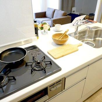 グリル付きの3口コンロに作業スペースも均等に確保されていて、ふたりで料理もできそう◎