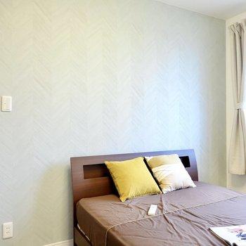 ドア側の壁紙は、朝の目覚めが爽やかになりそうな、薄い水色のヘリンボーン柄。