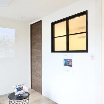 洋室とLDKの間の壁には、インテリア好き憧れの室内窓も……!