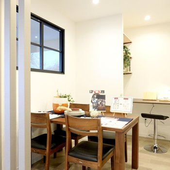 窓の向こうは柱でゆるりと仕切られたダイニングスペース。毎日の食事がレストラン気分に。