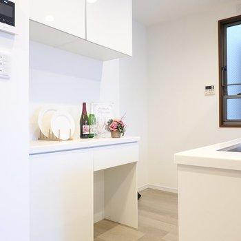 冷蔵庫置場は背面側に。キャビネットも備え付けで、食器や食材選びも楽しくなりそう。
