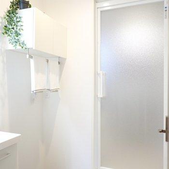 清潔感のある脱衣所には、洗濯機置場の上にタオルバーと収納付き。