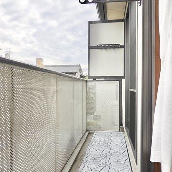 横幅の広いベランダなので、家族分の洗濯物も一気に乾かせます。