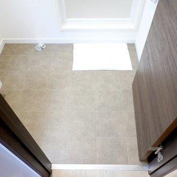 床はグレーで落ち着き感もあり。1人でゆったり使える広さです。