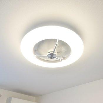 照明は調光調色対応のシーリングファンライト!寝ている間も空気を入れ替えてくれます◎