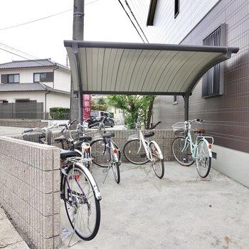 屋根付きの駐輪場は通り側にあります。